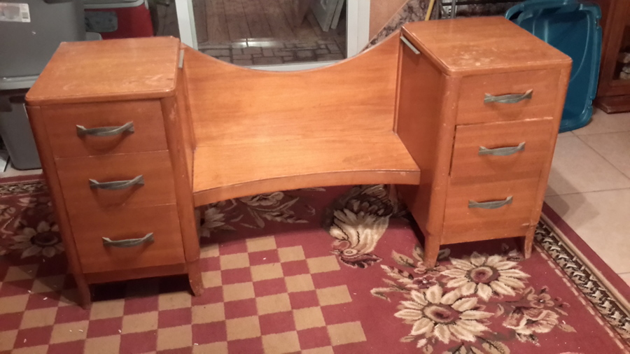 I Have A Thomasville Bedroom Set That Belonged To My Grandparents A Vanity My Antique
