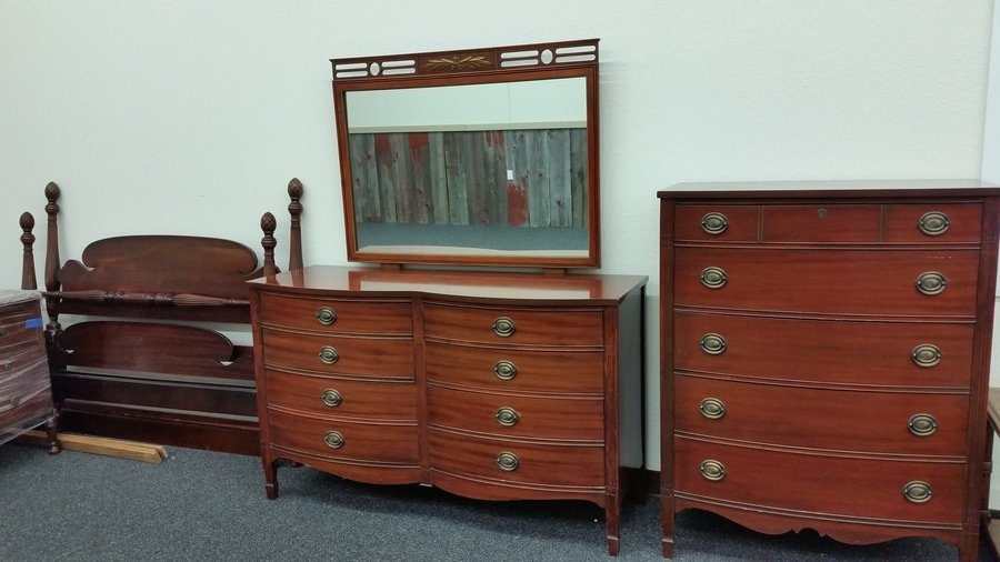 Antique Mahogany Dixie Furniture Bedroom Set