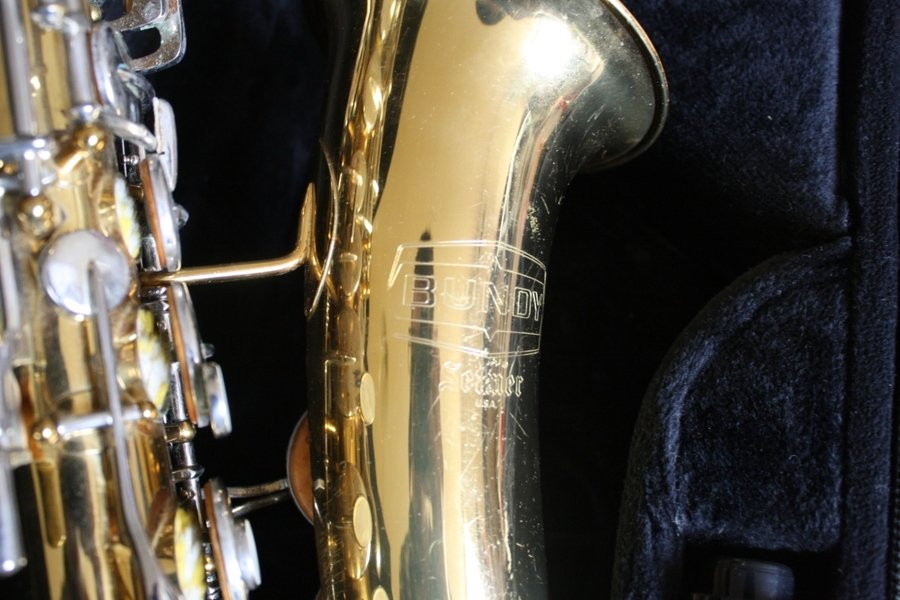 selmer serial number dating Selmer has also erred on the beginning production dates and numbers for the mark 6 according to the online charts you'd think the lowest mark 6 serial number would be 55201 but again, this is not true.