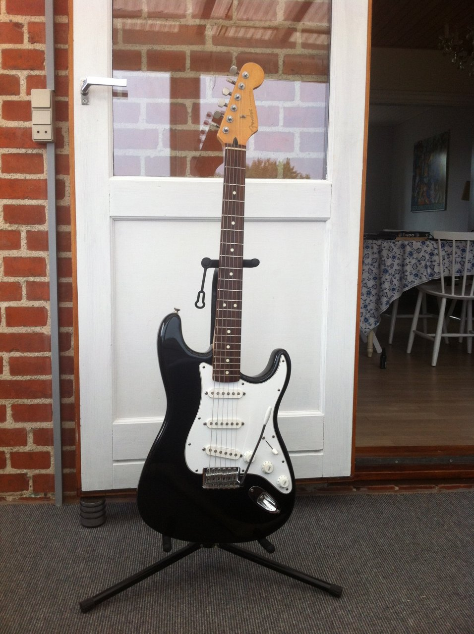how much is my fender stratocaster worth made in usa serial fn207942 axe central. Black Bedroom Furniture Sets. Home Design Ideas