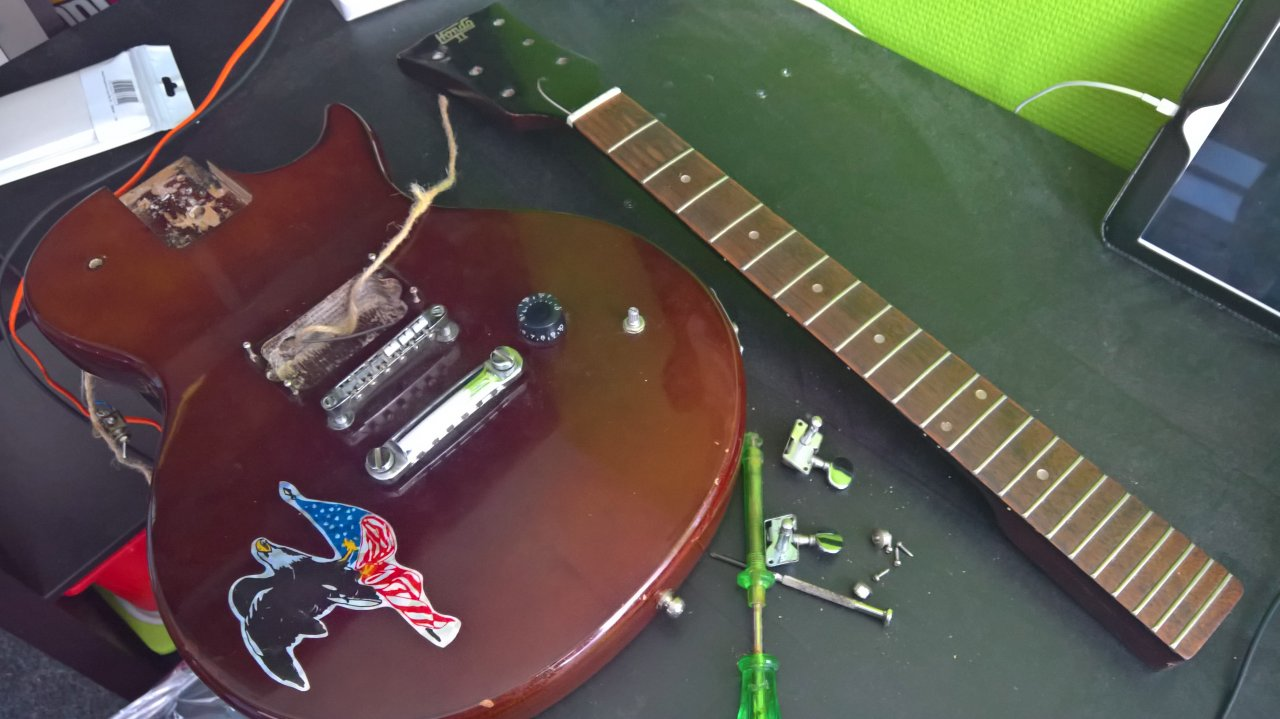 A Hondo Guitar With No Name Needs Help