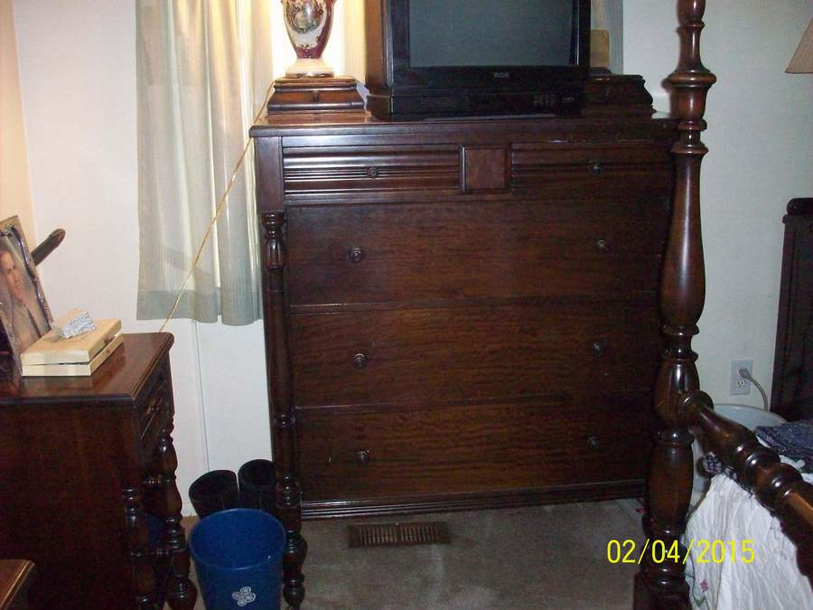 Merveilleux Here Are The Pics Of Queen Anne Bedroom Set. Thank You For Any Info You Can  Give Me About Them. The 4 Poster Bed Is A Full Size.
