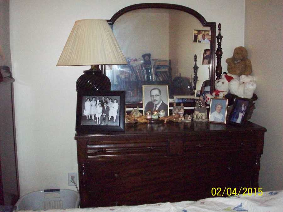Here Are The Pics Of Queen Anne Bedroom Set. Thank You For Any Info You Can  Give Me About Them. The 4 Poster Bed Is A Full Size.