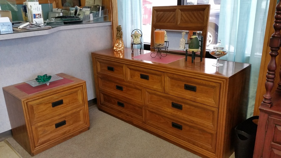 Beautiful 3pc Vintage Solid Wood Thomasville Bedroom Set